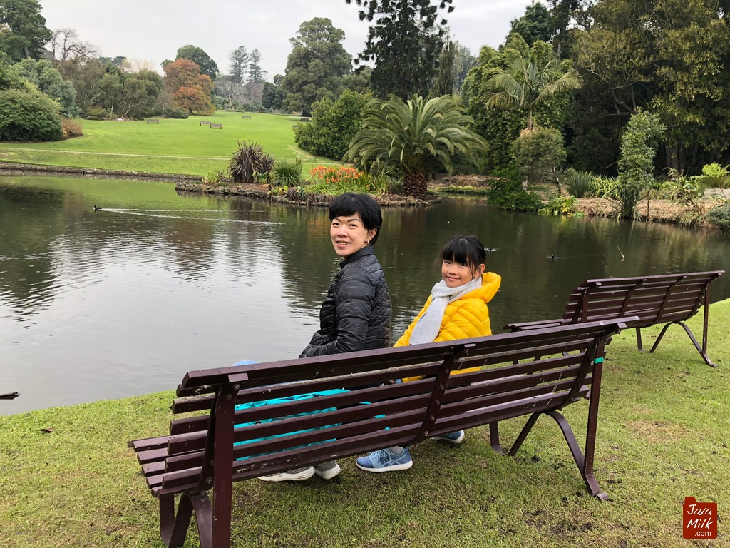Di samping kolam
