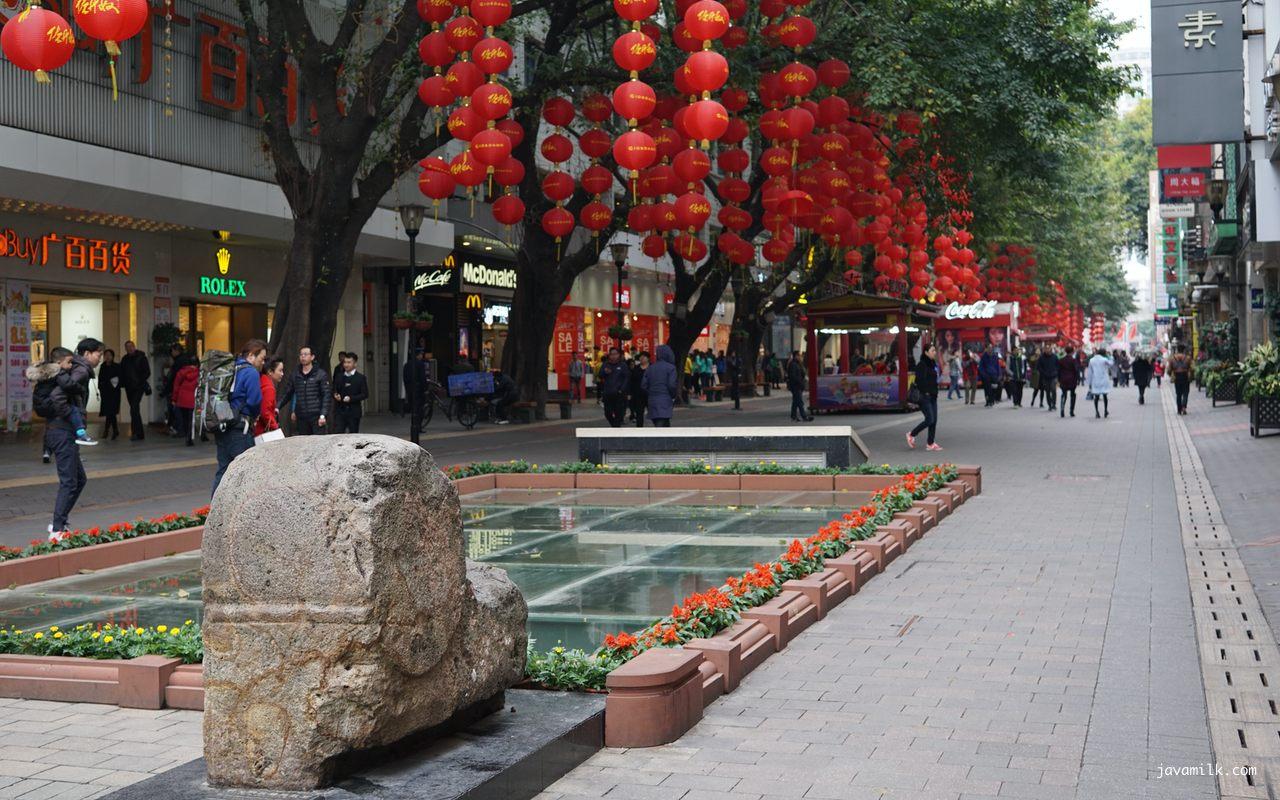 Beijing Road dengan bekas city gate yang di-preserved
