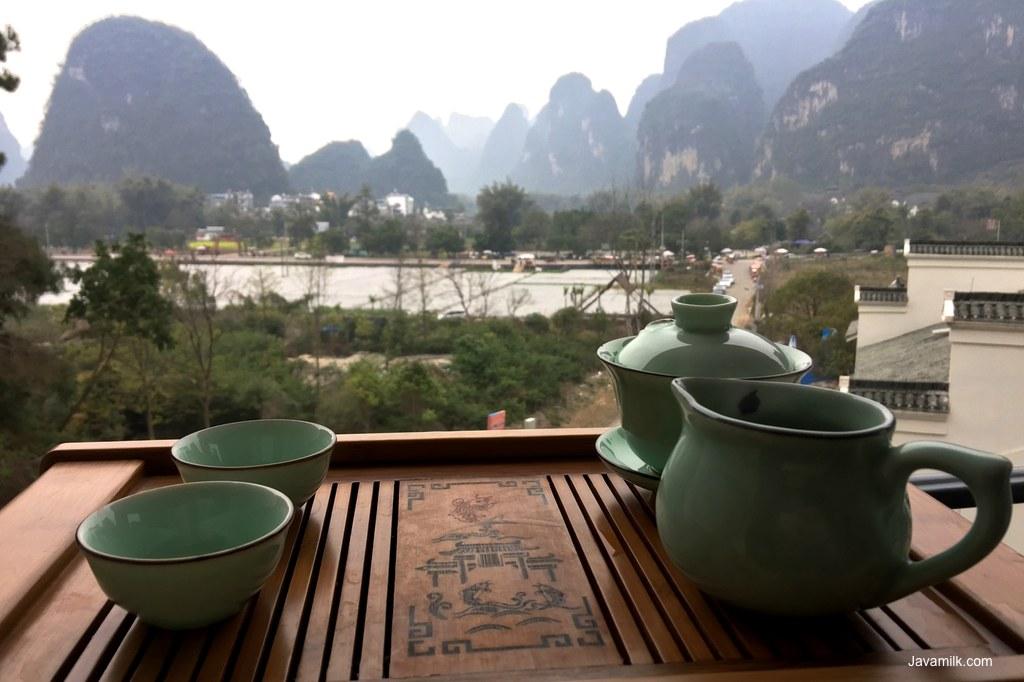 Nge-teh di balkon kamar hotel
