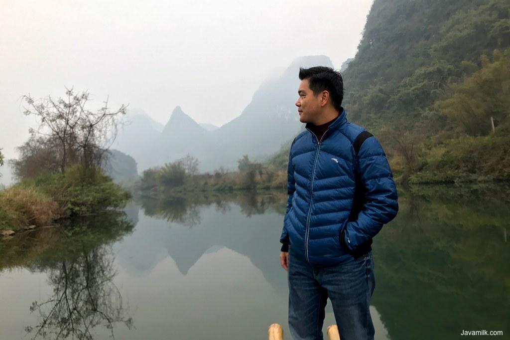 Di atas rakit bambu dengan air sungai layaknya cermin