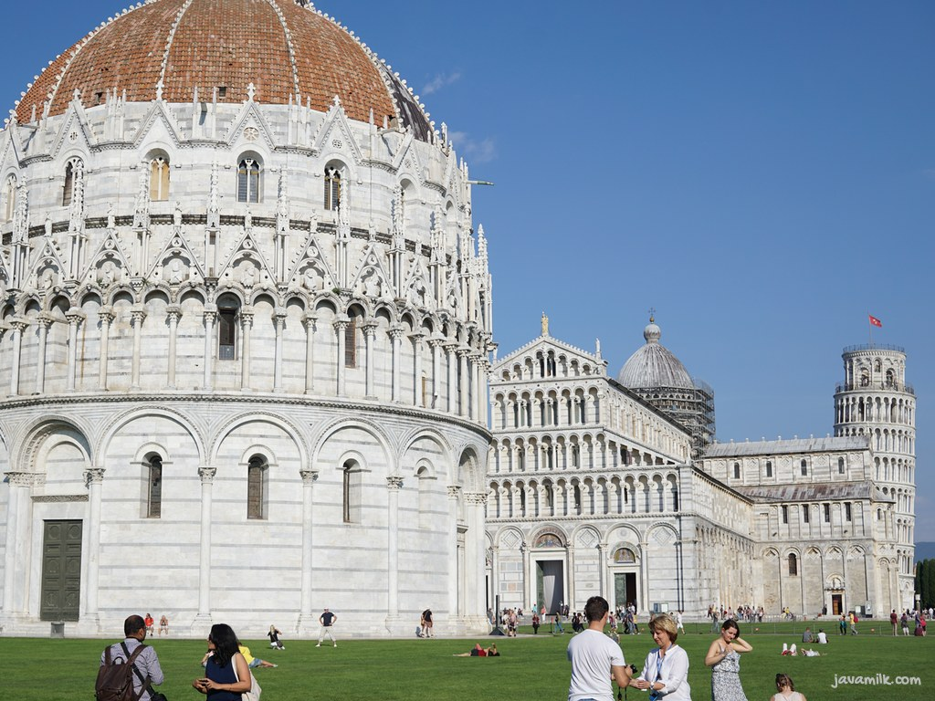 Baptistery, Cathedral, dan Tower di belakang