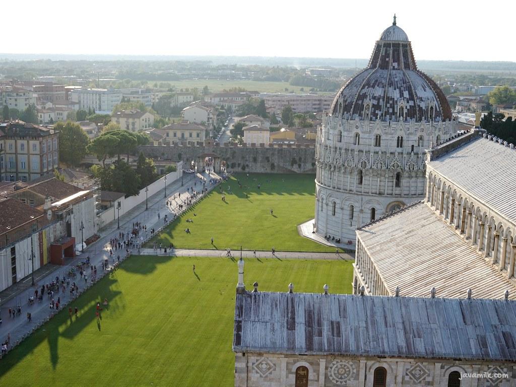 View dari puncak tower ke kompleks Pisa