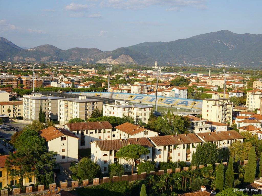 View kota Pisa dan stadion sepakbola