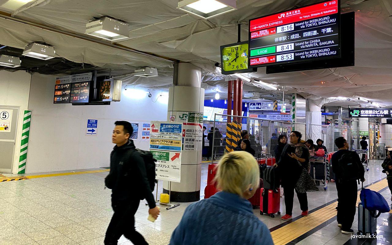 Keisei Line di kiri dan Narita Express di kanan