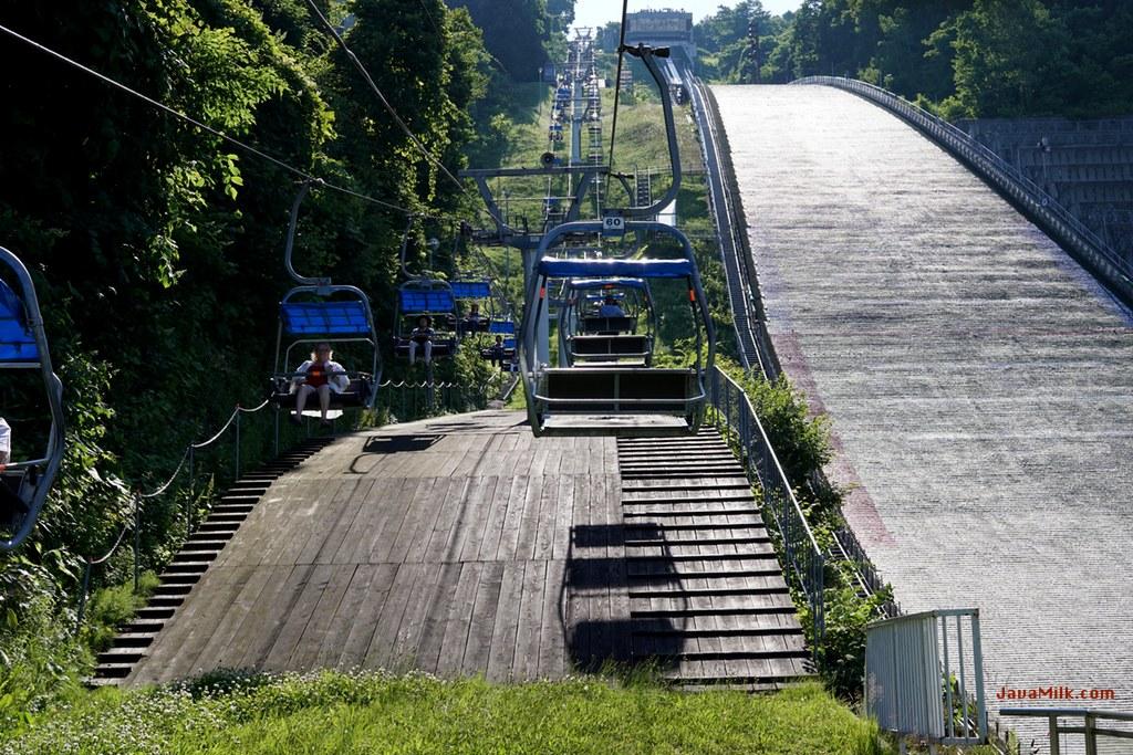 Dilihat dari lower station, sebelah kanan adalah luncuran ski