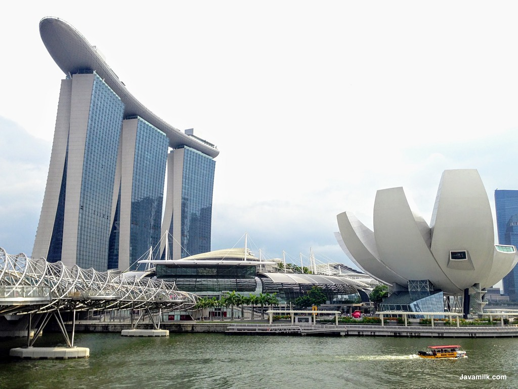 Marina Bay Sands dengan double-helix bridge